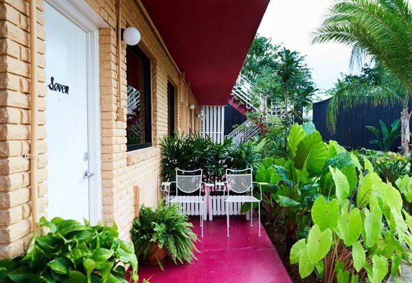 Os quartos dão acesso direto ao jardim. Anote o piso rosa choque