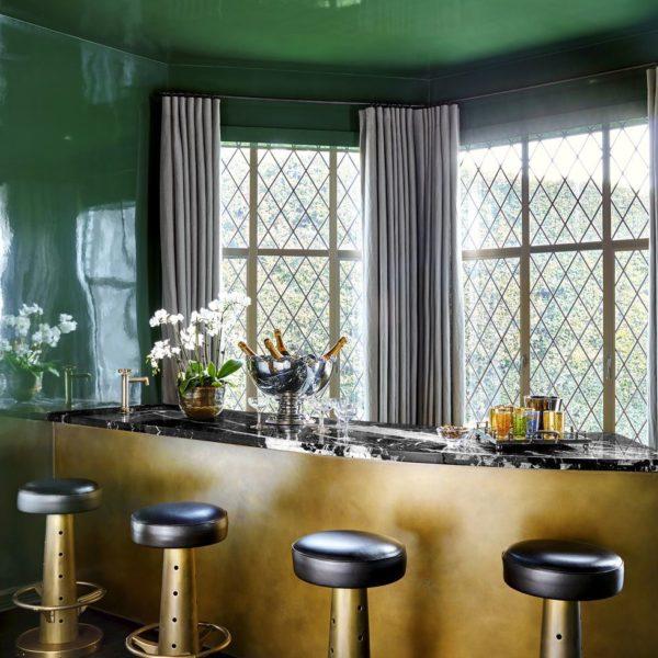 As paredes laqueadas + mobiliário em tons ricos!