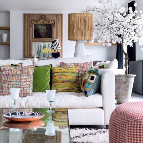 Mistura de texturas e cores dá o tom da decoração