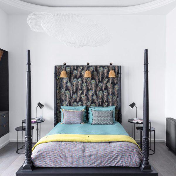 A cabeceira estofada completa o desenho da cama, em composição original