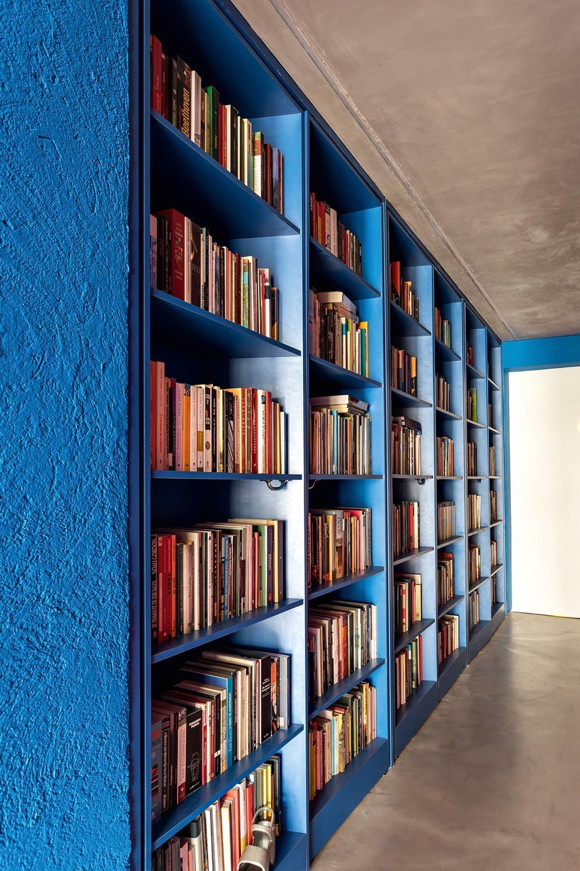 A estante em Classic Blue faz bonito no corredor