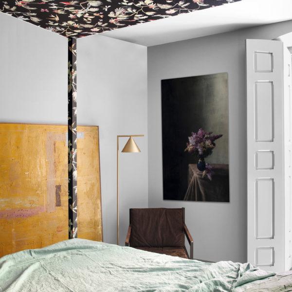 No quarto, o papel reveste o dossel da cama, em ótimo e feminino efeito
