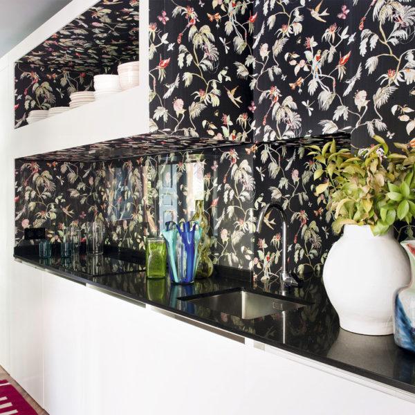 O papel de parede aparece em todos os ambientes, funcionando como condutor da decoração. Dica valiosa para pequenos  espaços