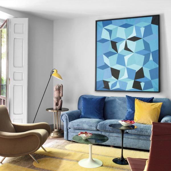Sobre o sofá herdado, óleo Azul 1, de Wilhem Wiki. A escultura Educated Ape, é de Stefan Rinck