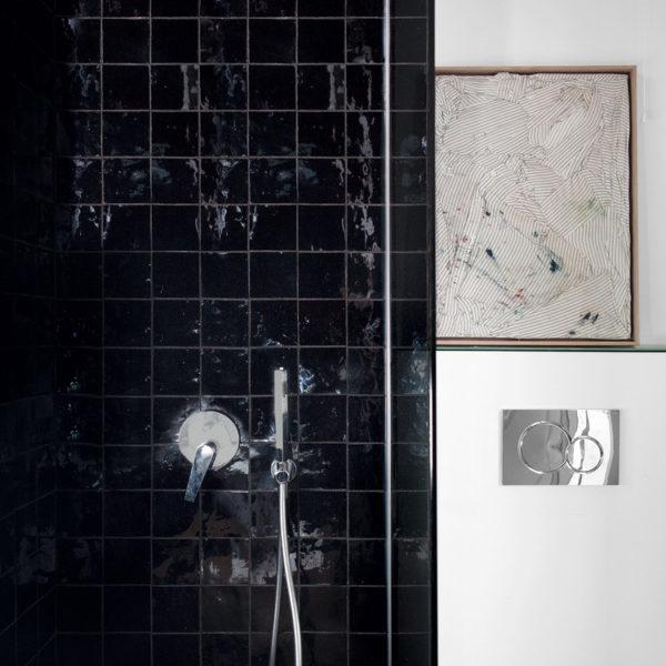 Revestimento preto no banheiro. Super atual