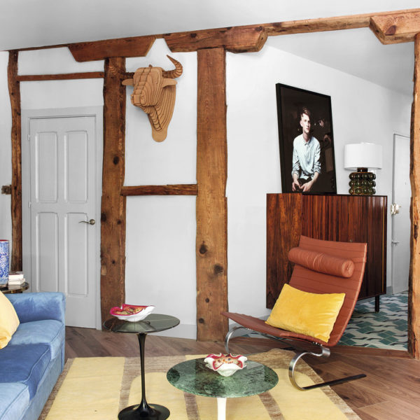 Apenas 47 m²!!! No living, as vigas originais recuperadas fazem companhia a poltrona PK20 de Poul Kjærholm, e para as mesinhas Tulip de Eero Saarinen