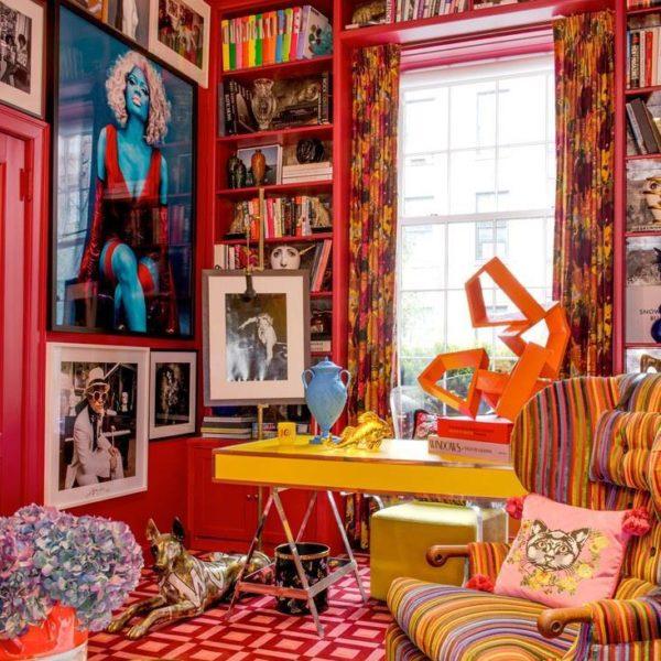 Poltrona BDDW com tecido Scalamandre e foto de Nicki Minaj por Steven Klein, uma das últimas aquisições do colecionador e atual peça preferida