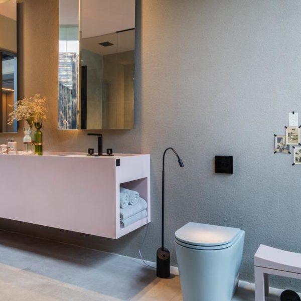 Esse nicho ao lado do vaso, para apoiar tolhas ou até revistas/jornais/livros é ótima ideia para manter o banheiro em ordem