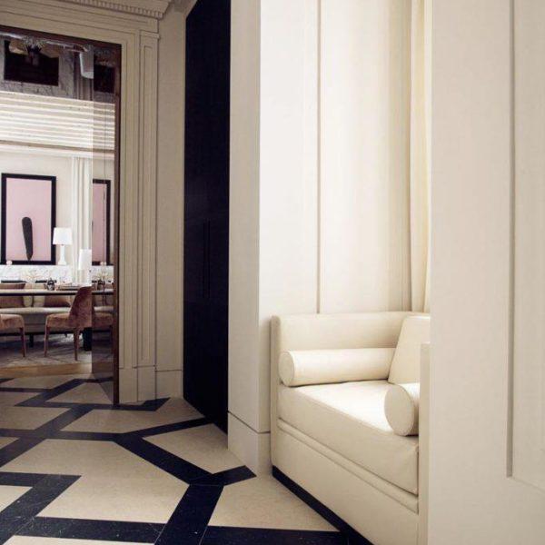 O uso de cores claras é valorizado pelo piso bicolor