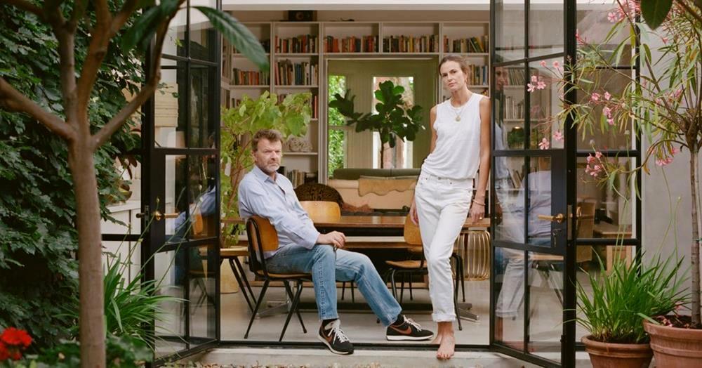 O casal Claudia e Matthew Donaldson em sua casa londrina