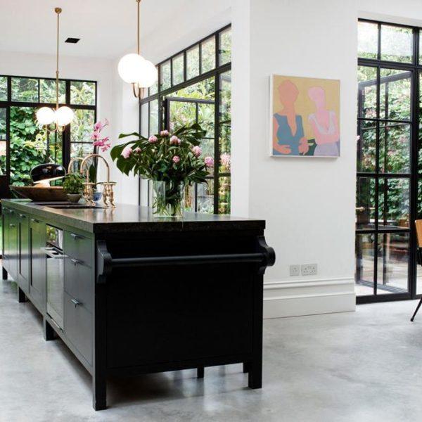 A cozinha em conceito aberto aproveita a intensa luz natural, e é onde a família se reúne