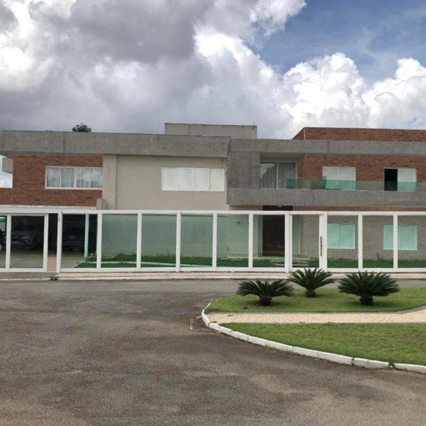 A fachada sugerida pela arquiteta Lívia Zaveri, com tijolos nos volumes laterais da construção