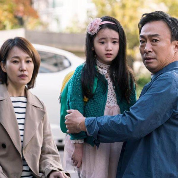 O protagonista com sua família. Assustado de tudo