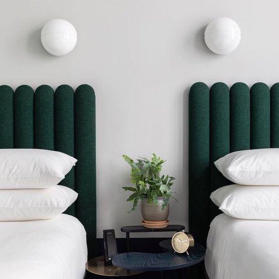 No site The State of Things, esta cabeceira faz mais do que bonito. A luminária instalada na parede sobre a cama poupa espaço na mesa de cabeceira. Simples e super chique.