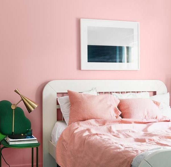 """A cama é um pouco estranha, mas a """"mesa de cabeceira"""" é bem bacaninha. Observe que a despeito do nosso preconceito com verde e rosa, são duas cores que ficam super bem juntas."""