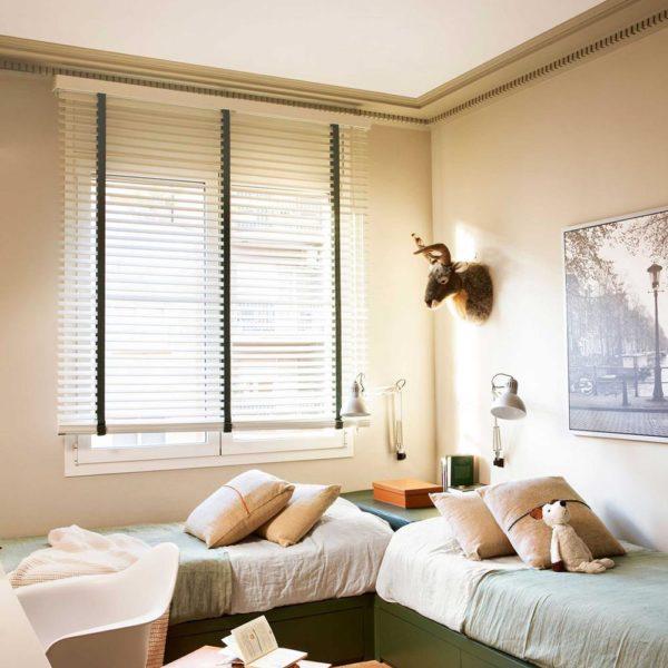 As camas em angulo liberam espaço para a bancada de estudos