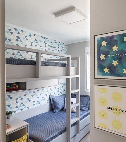 Este quarto, da Ambientta, é bem pequeno e tem as duas camas e a bancada de estudos bem distribuídos