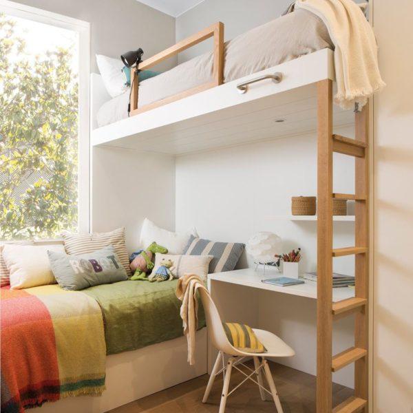 A madeira faz as vezes de elemento destaque. A enorme janela inunda o quarto de luz