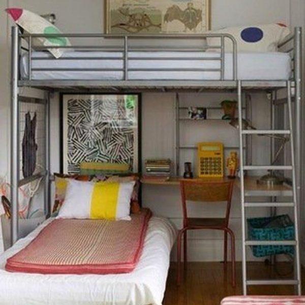 """Essas camas provavelmente você encontra prontas, em lojas de departamentos. A foto não está muito boa, mas é possível observar como as obras na parede fazem """"a"""" diferença"""
