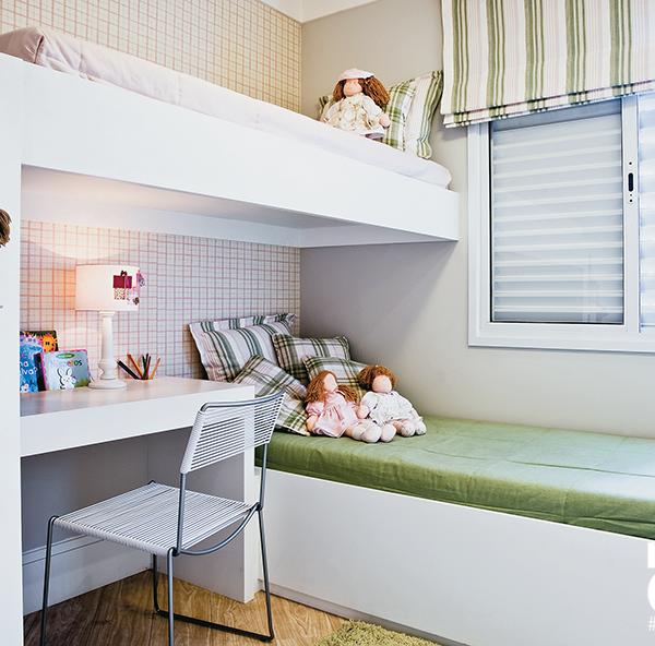 Observe como as diferentes texturas, como roupa de cama, papel de parede e cortina funcionam bem juntos e deixam a composição bastante charmosa