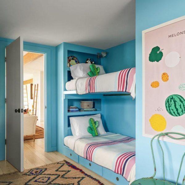 A cor como elemento principal resolve esse quarto no ato. Adorei