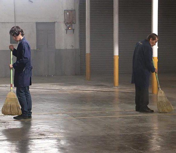Sr Lino e Nyn, em cena de Almacenados, ou Warehoused, disponível na Netflix