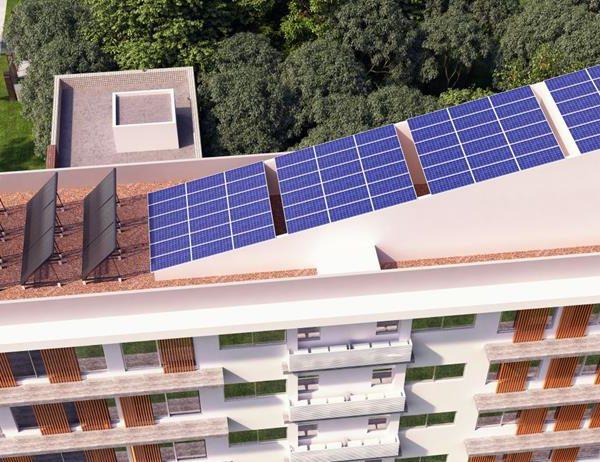 As placas solares instaladas no teto do edifício
