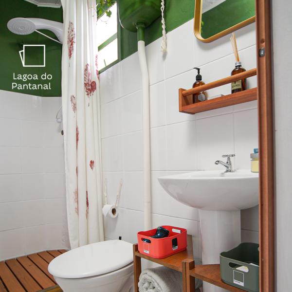A tinta, muito bem escolhida, fez deste um banheiro totalmente fora do lugar comum
