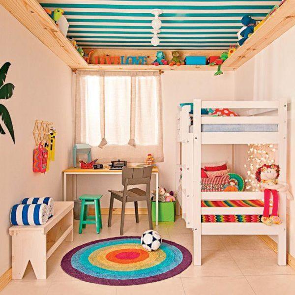 Pintar o teto funciona muito. Faz diferença e fica bem bonito! Observe como tudo o mais foi pintado da mesma cor, o que deixa o protagonismo para os pontos coloridos, teto e tapete!!