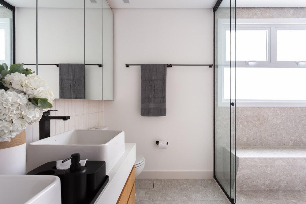 Banheiro com box piso-teto assinado pelas arquitetas do Studio Tangram