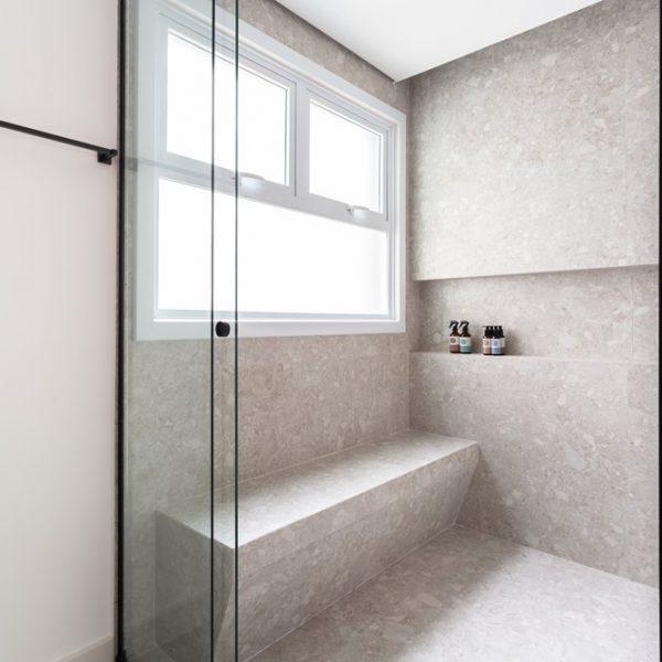 A grande janela proporciona a eliminação do vapor e o banco confere conforto extra