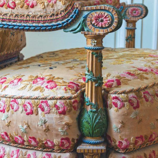 Esta cadeira pertence ao conjunto mobilier aux épis do Petit Trianon, fabricado em 1787 por Georges Jacob.