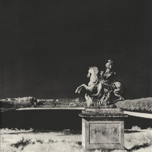 Uma estátua de Marcus Curtius de Bernini e modificada por Girardon, situada na beira do Lago dos Suíços.