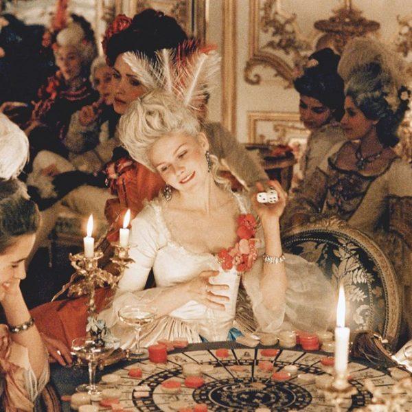 Um still de filme da Marie-Antoinette de Sofia Coppola, estrelado por Kirsten Dunst.